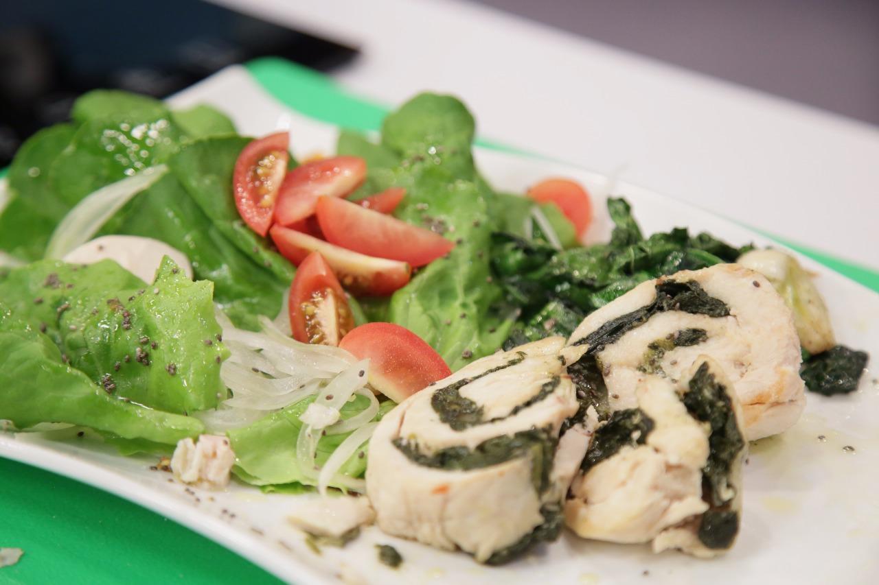 Aprende a preparar un rollo de pollo relleno de espinaca y queso mozzarella