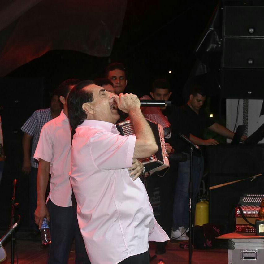 """Si un reguetonero me llama para cantar, le pego una trompada"": Jorge Oñate"
