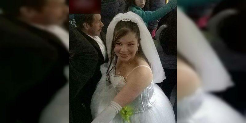 Mujer vestida de novia en transmilenio