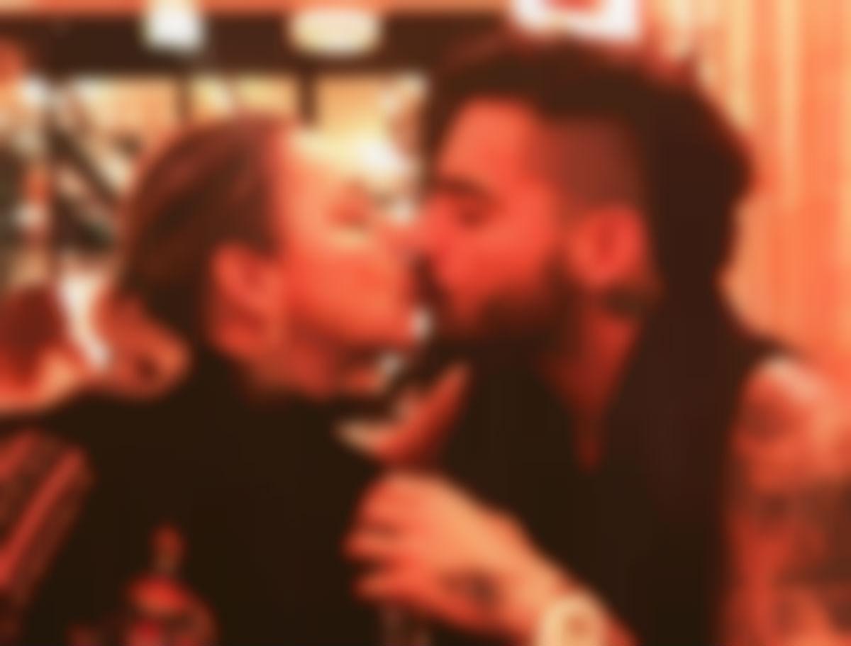Critican a Maluma por besar a su madre en la boca