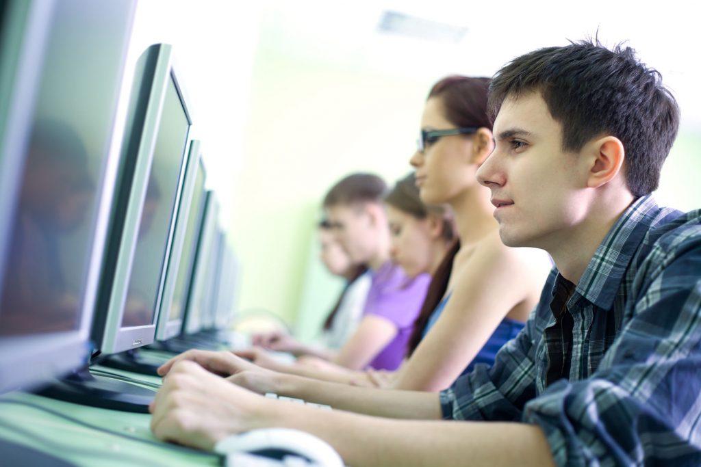 universitarios estudiantes jovenes trabajo - 123rf