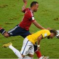 Neymar Jr. y su choque con Camilo Zúñiga en el Mundial de Brasil - Foto: ODD ANDERSEN / AFP