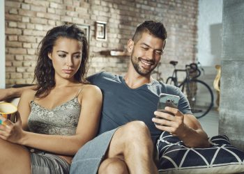 celos celular pareja amor - 123rf