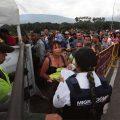 Ciudadanos venezolanos cruzan el puente internacional Simón Bolívar de San Antonio del Táchira en Venezuela. Rico en petróleo y una vez uno de los países más ricos de América Latina, ahora enfrenta un colapso económico y una amplia difusión popular. / PH: George Castellanos - AFP.