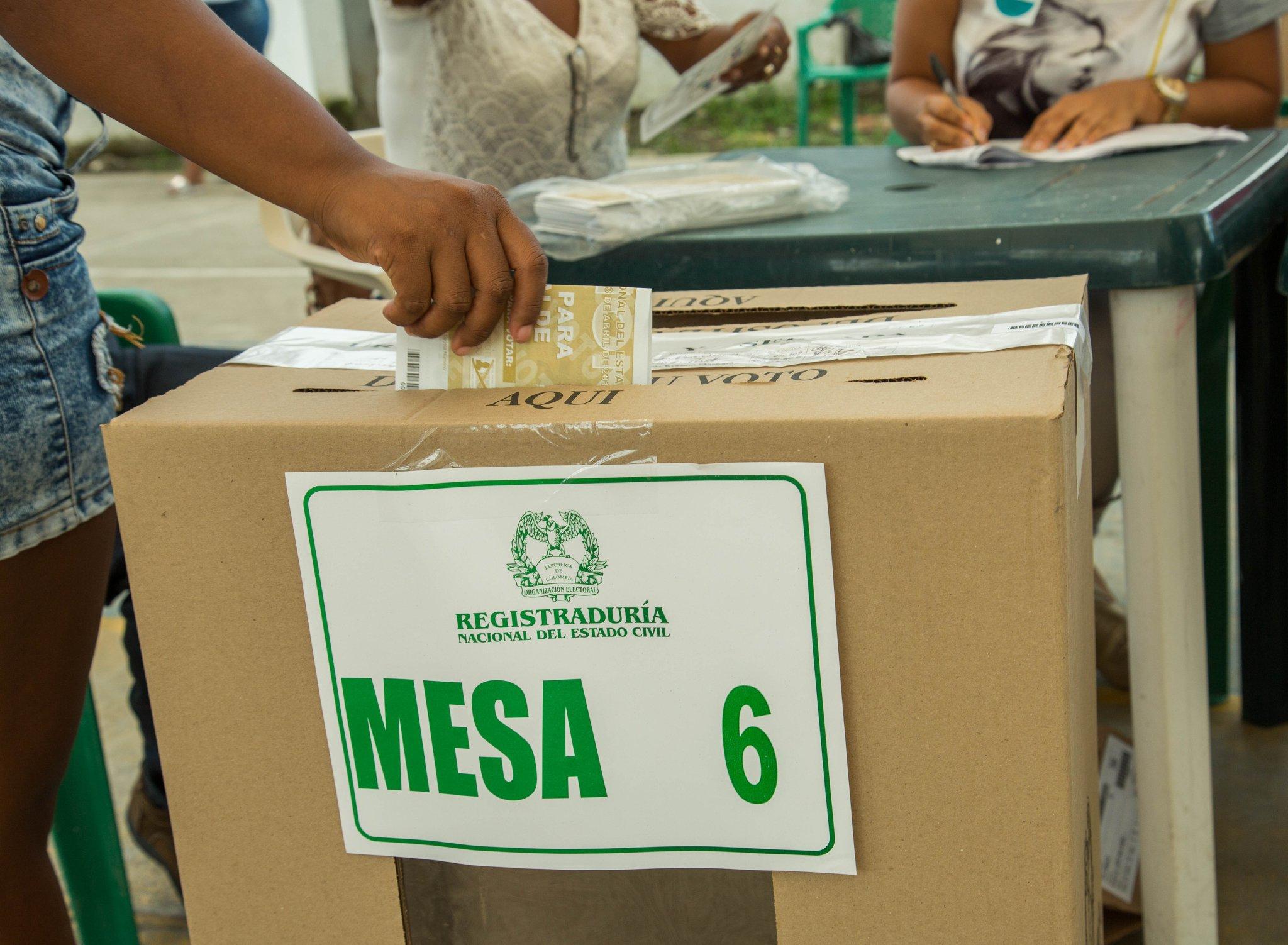 Resultado de imagen para colombiano votando