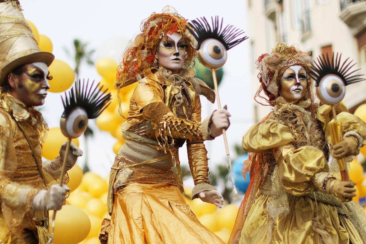 """Artistas actúan durante la 134ª edición del Carnaval de Niza el 21 de febrero de 2018 en Niza. El tema de la edición de este año, que se extiende desde el 17 de febrero hasta el 3 de marzo, es el """"Rey del espacio"""". / PH: Valery Hache - AFP."""