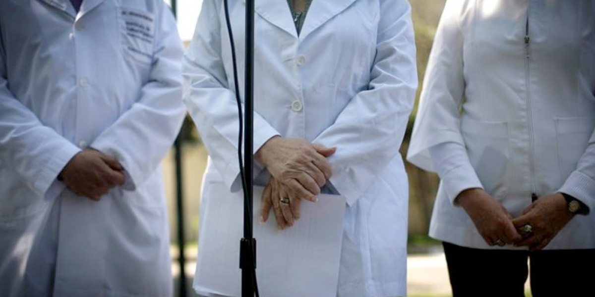 Proponen pensión extraordinaria para familia de médicos que mueran por el COVID-19
