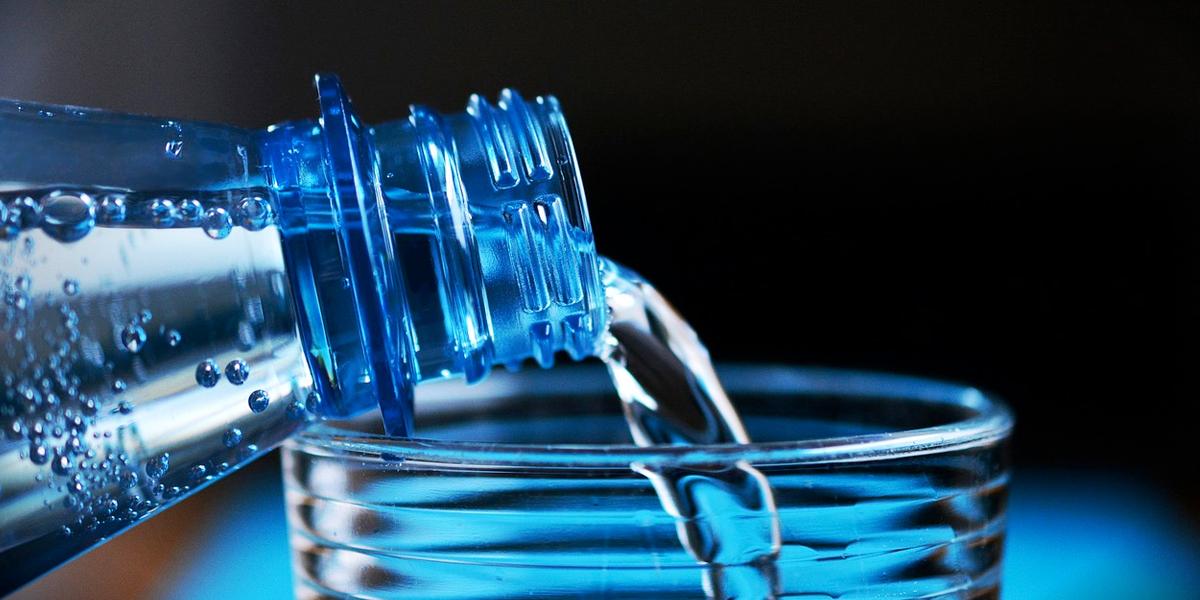 Demuestran que agua embotellada daña la salud