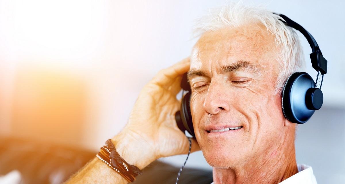 Abuelo escuchando música