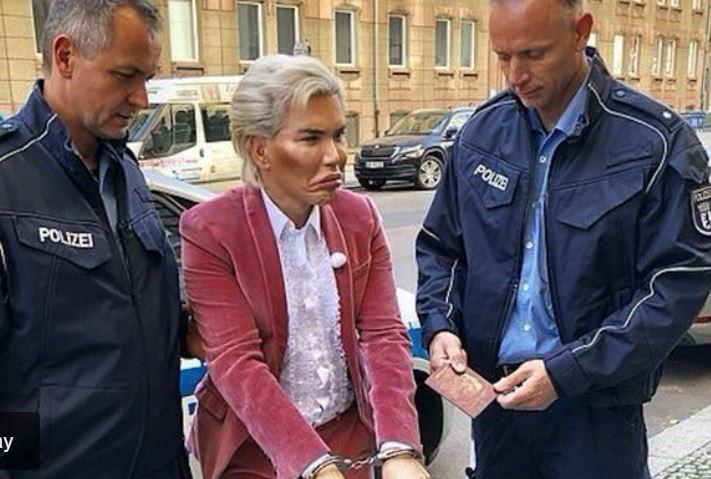 """Arrestan al """"Ken humano"""" por no parecerse a su foto de pasaporte"""
