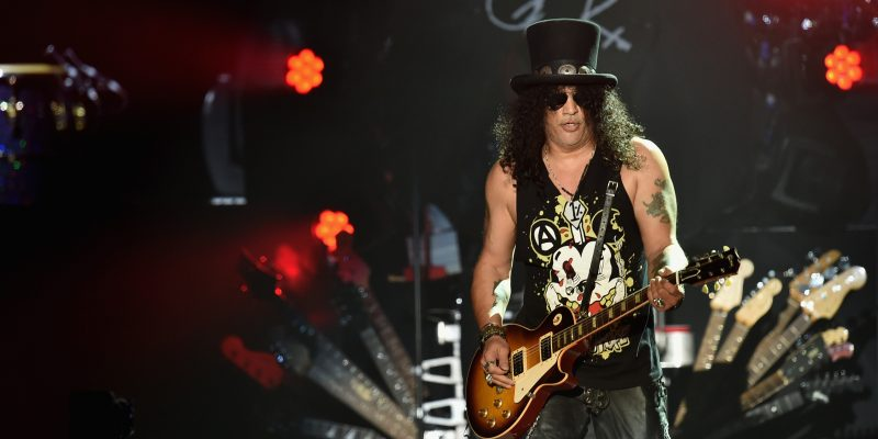 INDIO, CA - 16 DE ABRIL: El guitarrista principal Slash of Guns N 'Roses se realiza en el escenario durante el día 2 del Festival de Música y Artes de Coachella Valley 2016 1 fin de semana en el Empire Polo Club el 16 de abril de 2016 en Indio, California. Kevin Winter / Getty Images para Coachella / AFP KEVIN WINTER / GETTY IMAGES NORTEAMÉRICA / AFP