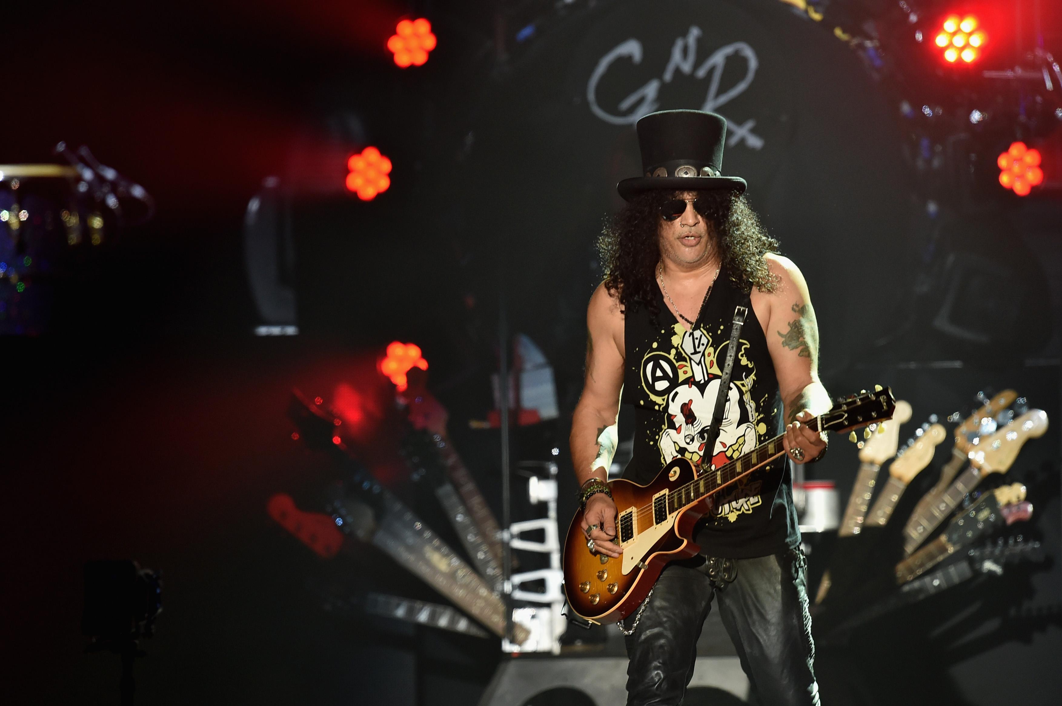 INDIO, CA - 16 DE ABRIL: El guitarrista principal Slash of Guns N 'Roses se realiza en el escenario durante el día 2 del Festival de Música y Artes de Coachella Valley 2016 1 fin de semana en el Empire Polo Club el 16 de abril de 2016 en Indio, California. Kevin Winter / Getty Images para Coachella / AFP KEVIN WINTER / GETTY IMAGES NORTEAMÉRICA / AFP