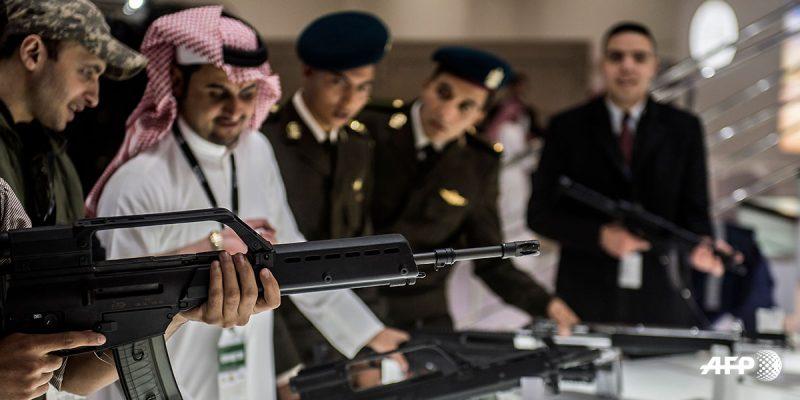 EGIPTO-DEFENSA-EHXIBICION Un visitante apunta con un arma al puesto de Arabia Saudita durante la primera Exposición de Defensa de Servicio de Egipto en El Cairo el 3 de diciembre de 2018, en el Centro Internacional de Exposiciones. Khaled DESOUKI / AFP
