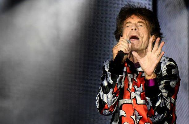 Tras operación, Mick Jagger presume en video su buena salud