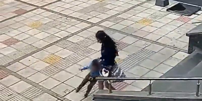 Video registra brutal golpiza que mujer le propinó a un niño — Indignación