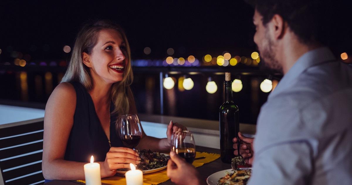 Muchas mujeres aceptan citas solo para comer gratis, según estudio