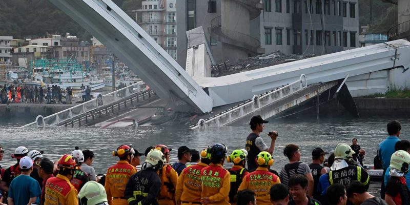 El escalofriante momento en que colapsa un gigantesco puente en Taiwán