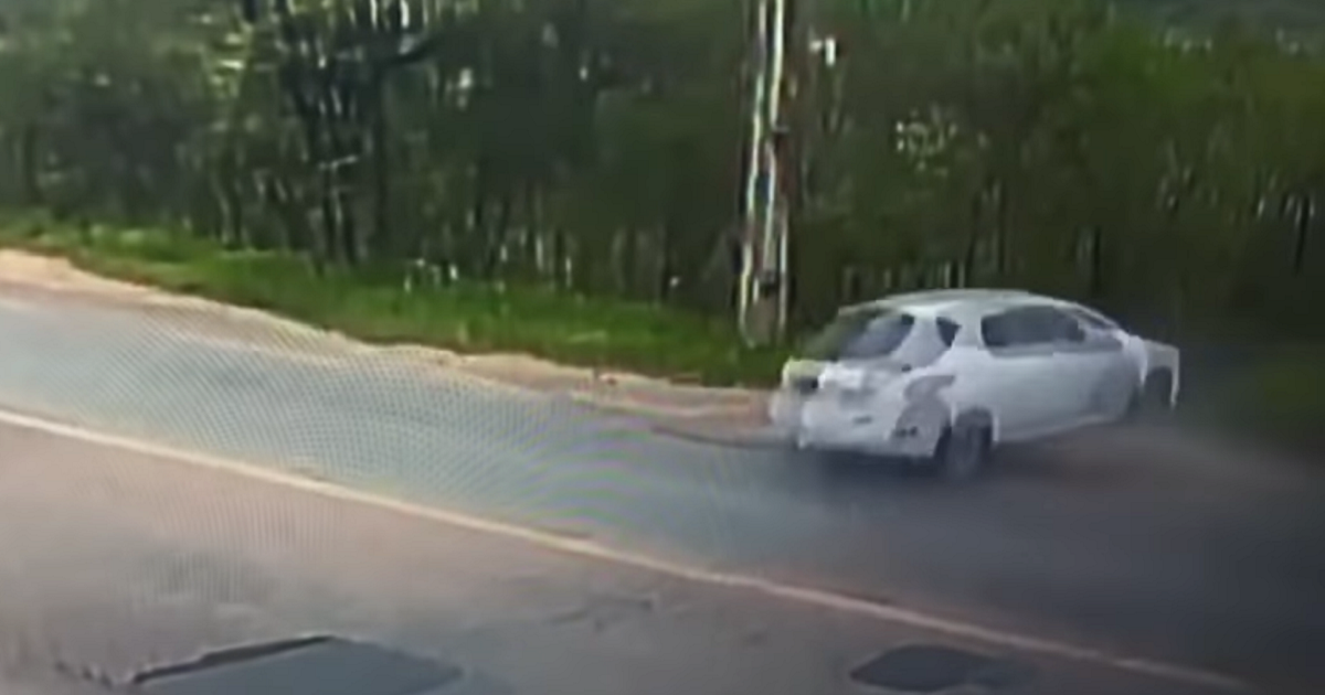 (Video) Carro se partió en dos; un joven muerto y otros dos sobrevivieron de milagro