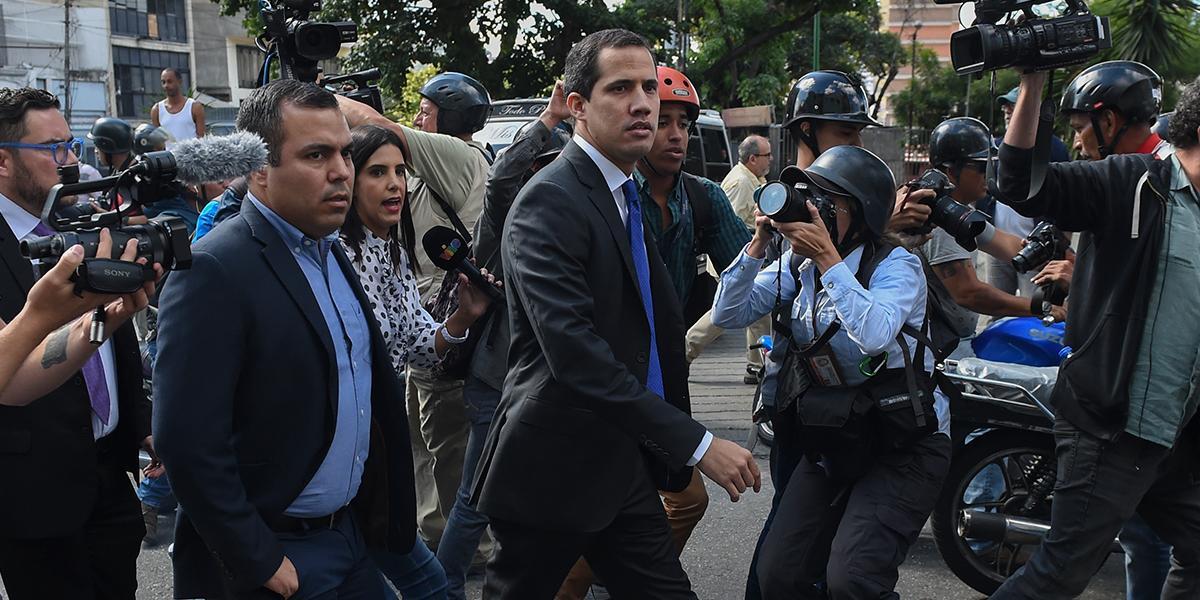 Guaidó logra entrar al Parlamento de Venezuela y toma la palabra desde el podio presidencial