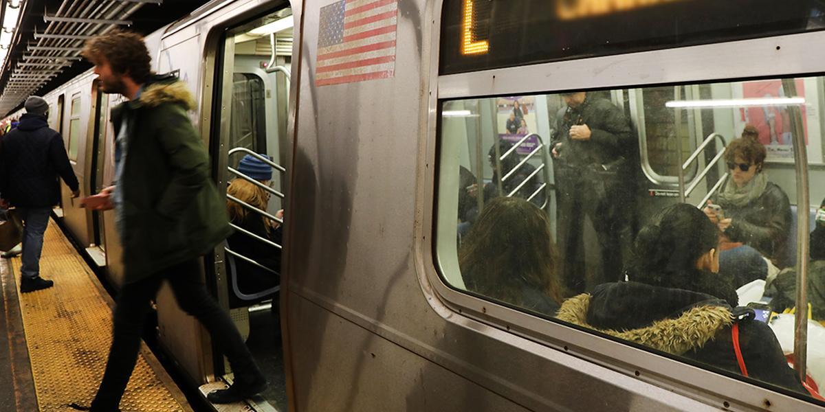 Nueva York prohibirá por ley que acosadores sexuales usen el metro y buses