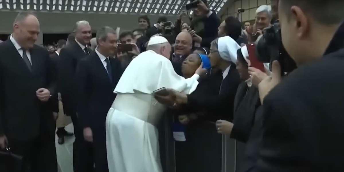El papa Francisco accedió a darle un beso a una monja, pero con una curiosa condición