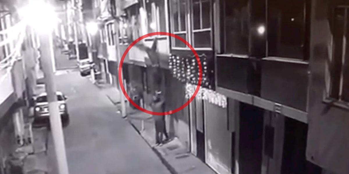 Con escalera humana, delincuentes hurtaron una vivienda en Bogotá