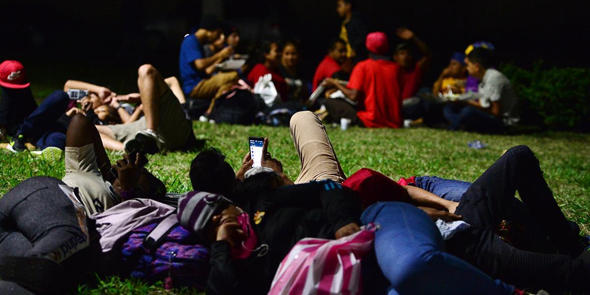 Caravana de migrantes hondureños inicia travesía hacia Estados Unidos