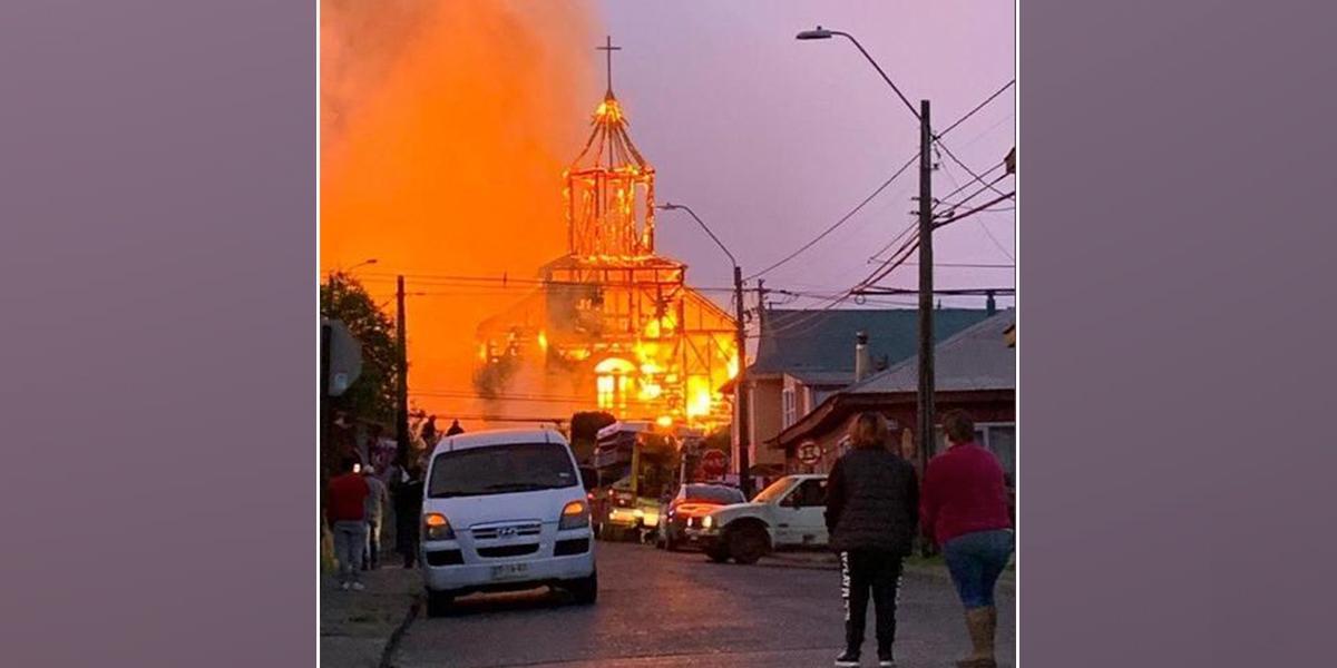 Incendio devora una histórica iglesia en isla de Chiloé, Chile
