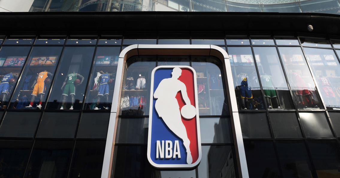 ¿Quién es el jugador cuya silueta es usada en el logo de la NBA?