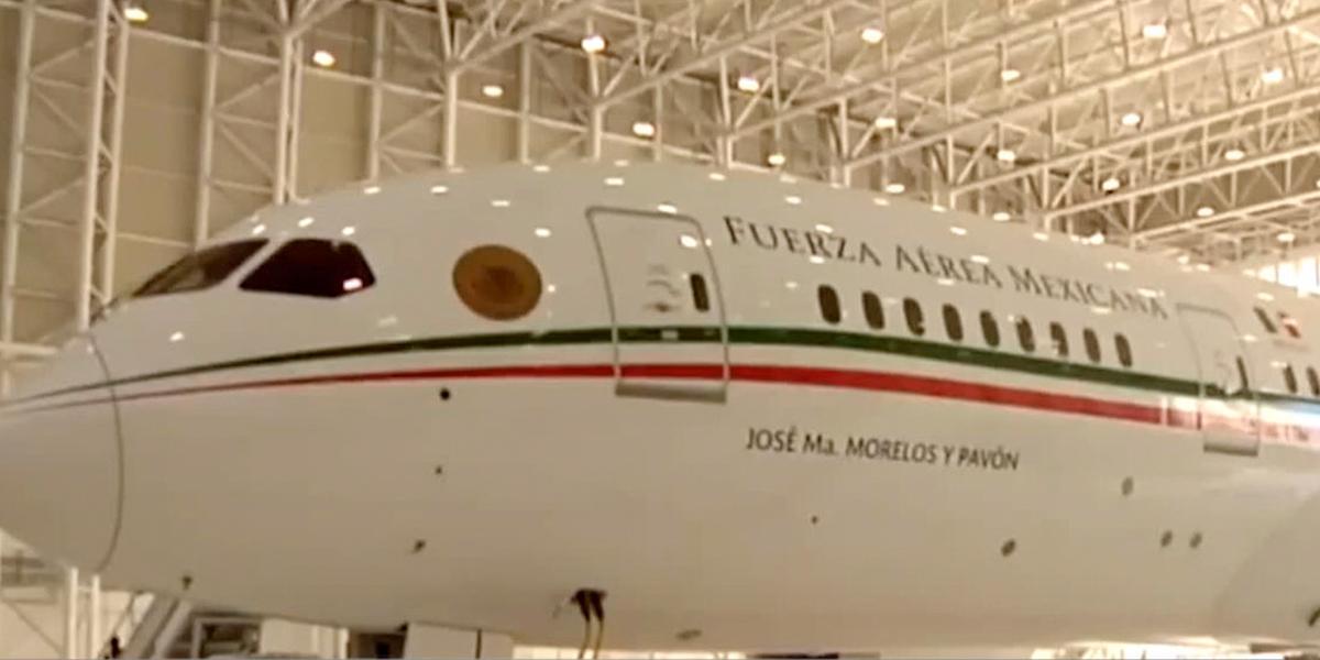 Presidente López Obrador presenta boleto para rifa del avión presidencial
