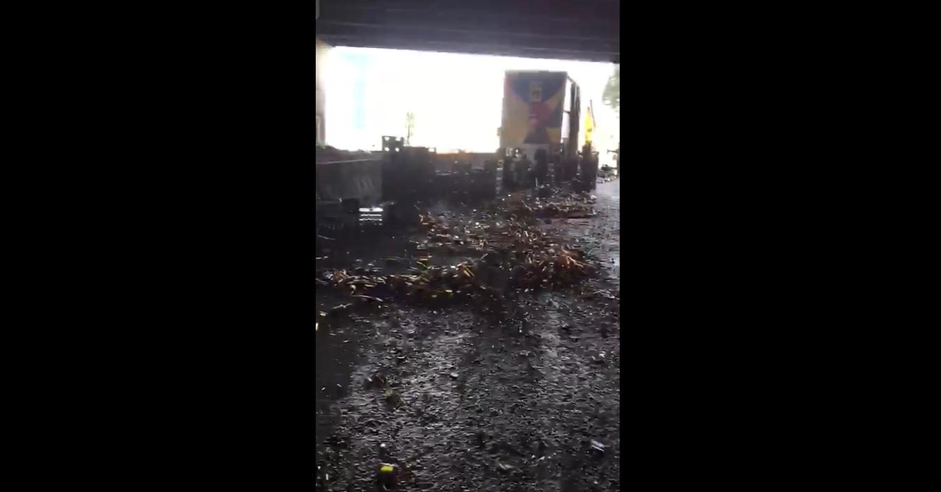 ¡Qué desperdicio! Derrame de cerveza generó grave trancón en Bogotá