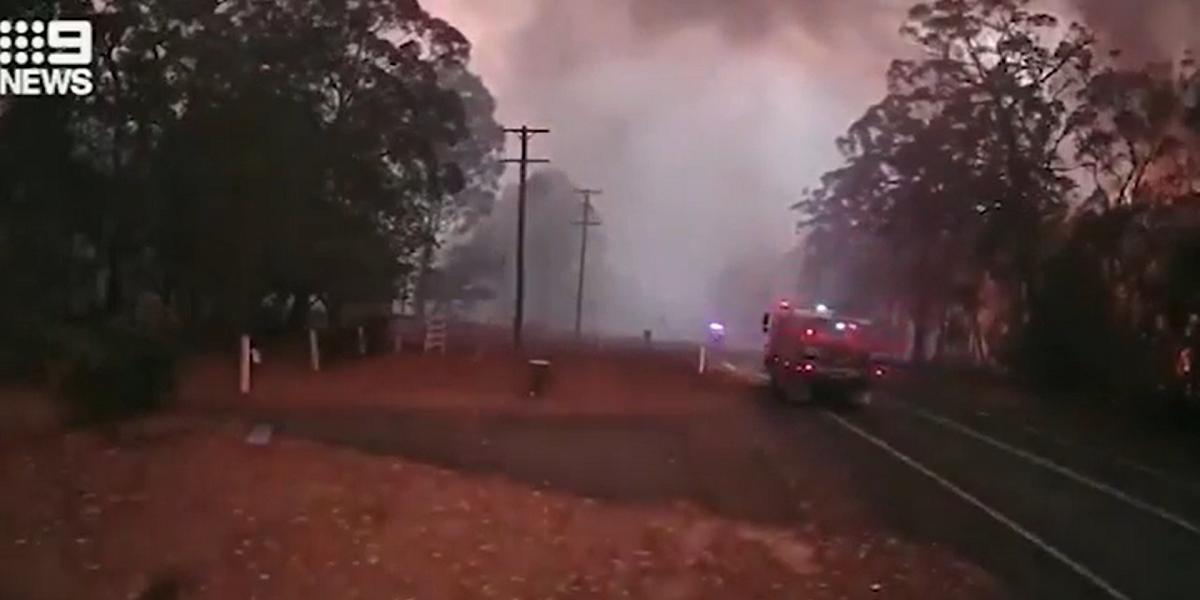 Impresionante video muestra a bomberos huyendo de incendio en Australia, segundos antes de que el fuego arrasara con todo