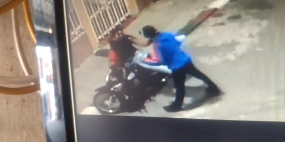 En video quedó registrada violenta agresión de ladrón a una mujer en Cali