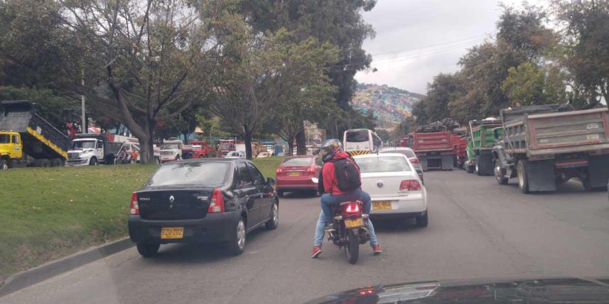 Trancón en La Calera, Calle 13 y Avenida Boyacá por protesta de volqueteros debido a restricción por alerta ambiental
