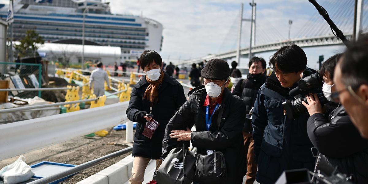 Pasajeros de crucero desembarcan en Japón, más de 2.000 muertos por coronavirus en China