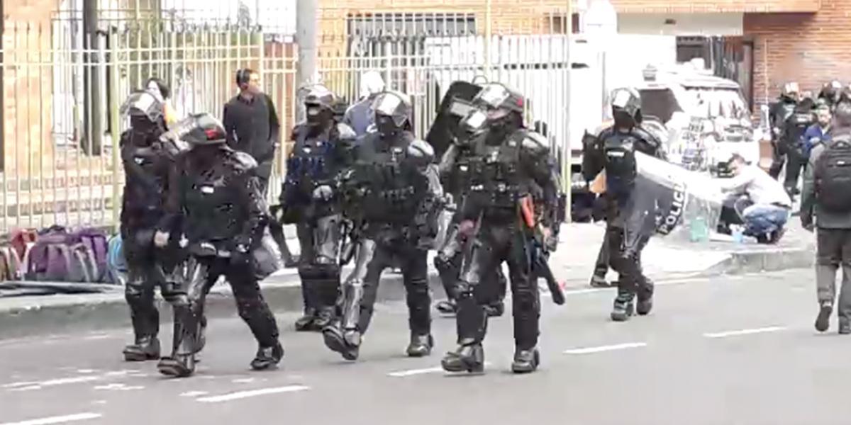 Encapuchados se enfrentan al Esmad en la U. Pedagógica de Bogotá