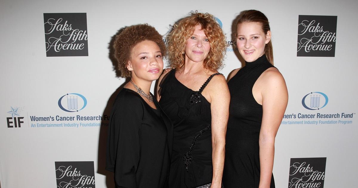 Actriz Kate Capshaw (Centro), y las hijas Mikaela George Spielberg (izquierda) y Destry Allyn Spielberg (derecha) Foto AFP