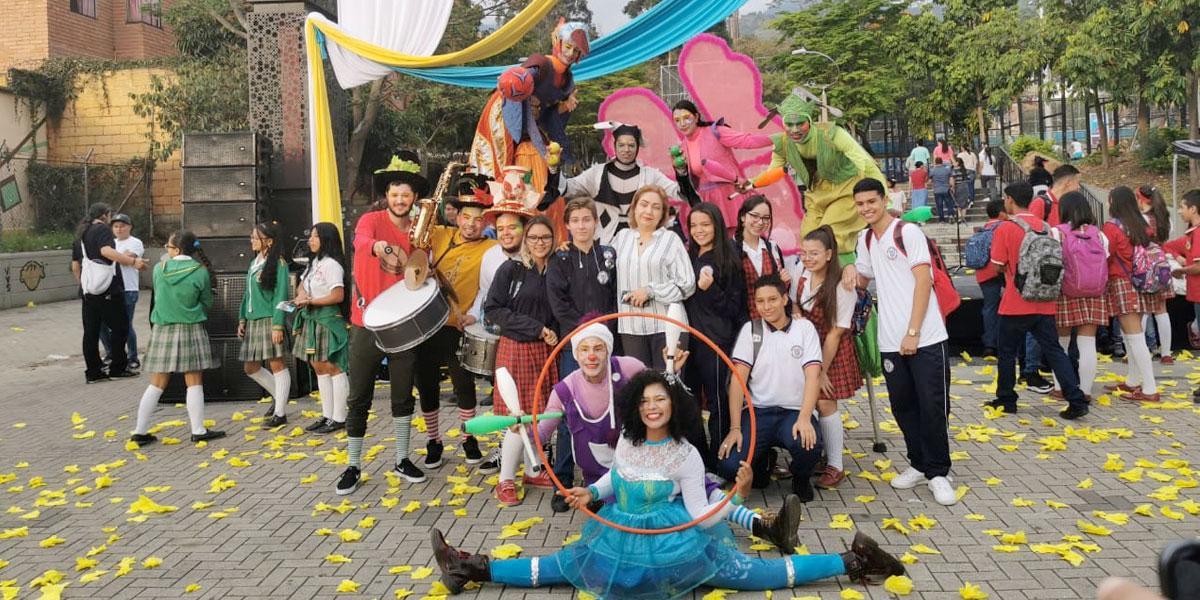 Con una fiesta regresan estudiantes a los colegios de la comuna 13 de Medellín