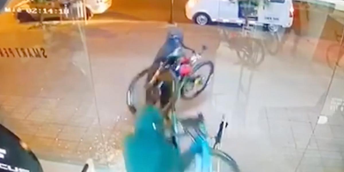 En video quedó registrado el robo de bicicletas en local del norte de Bogotá