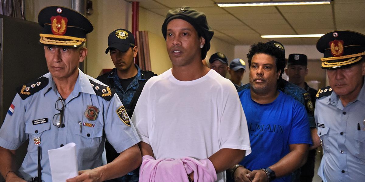 Ronaldinho continuará en la cárcel tras denegarle detención en mansión millonaria