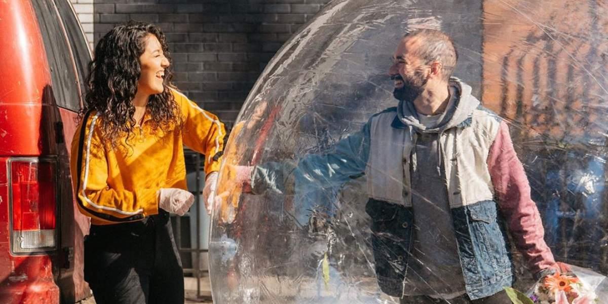 ¡Amor en tiempos de cuarentena! Fotógrafo conquistó a su vecina con ayuda del dron y una burbuja