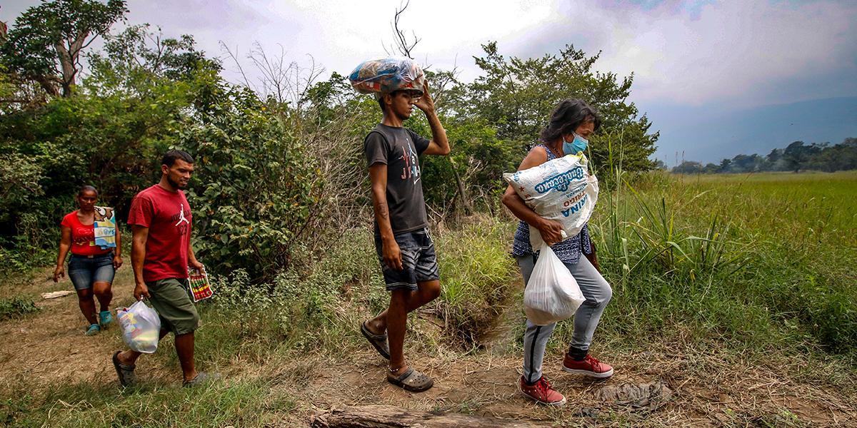 Decenas de venezolanos buscan ingresar a Colombia por trochas en la frontera con Ecuador