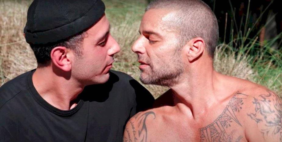 ricky Martín besando a su esposo