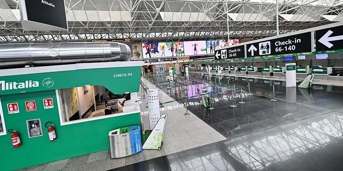 Italia reabrirá todos sus aeropuertos en junio tras reducción de muertos por COVID-19