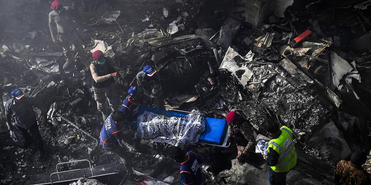 Un avión se estrella en Pakistán con 107 personas a bordo ...