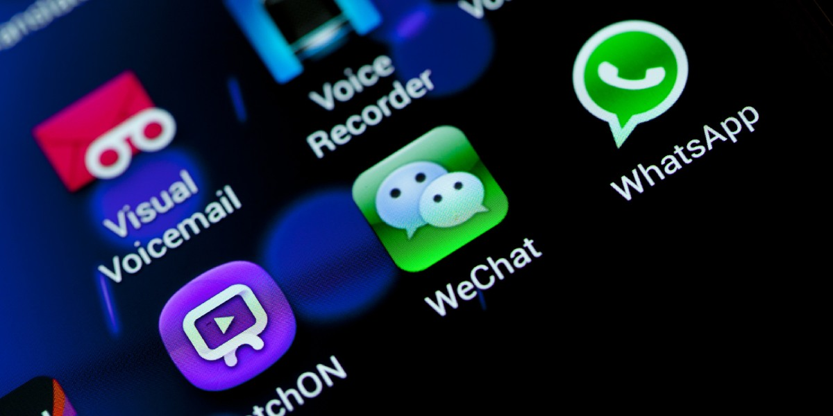El truco de WhatsApp para escuchar mensajes de voz sin aparecer en linea