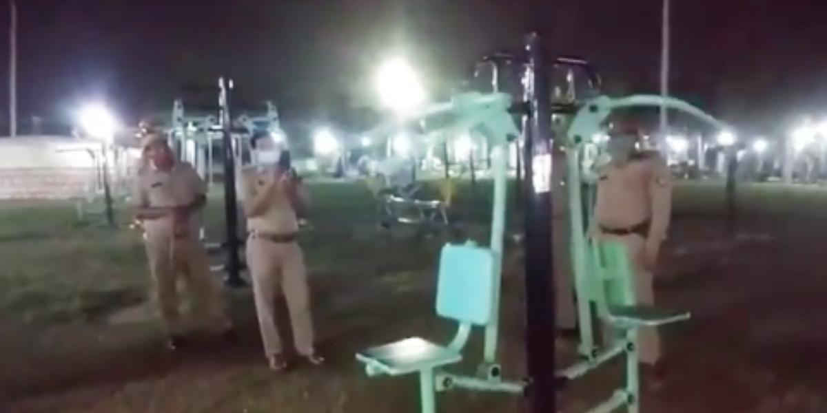El misterio de la máquina de ejercicios en un parque público que se mueve sola