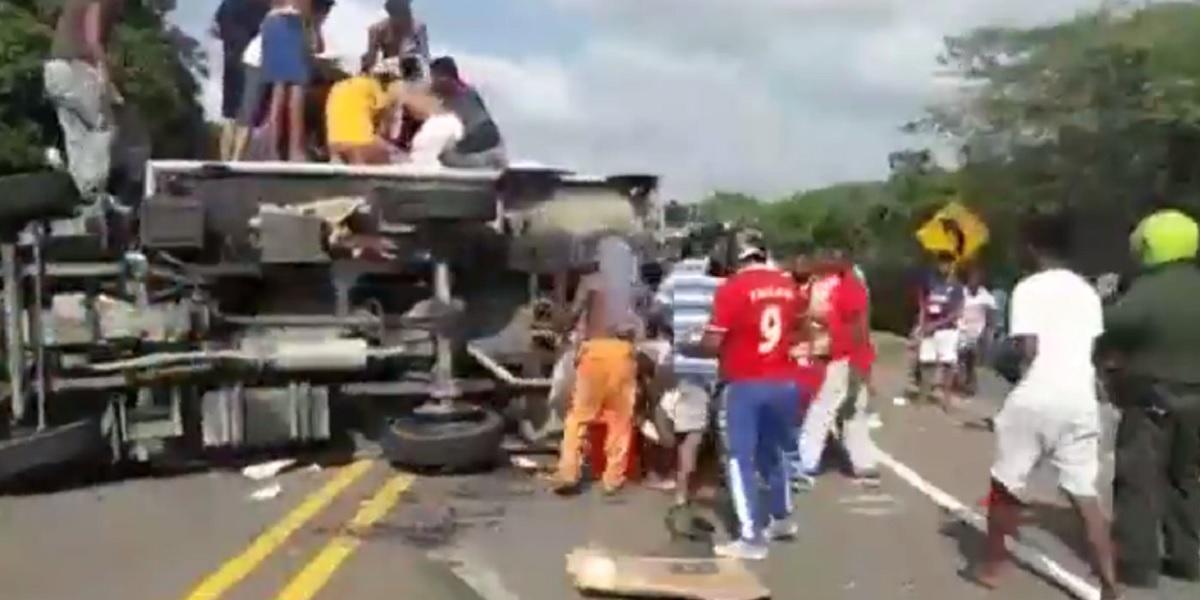 Con machetes en mano, saquean camión volcado con carga de pescado ...