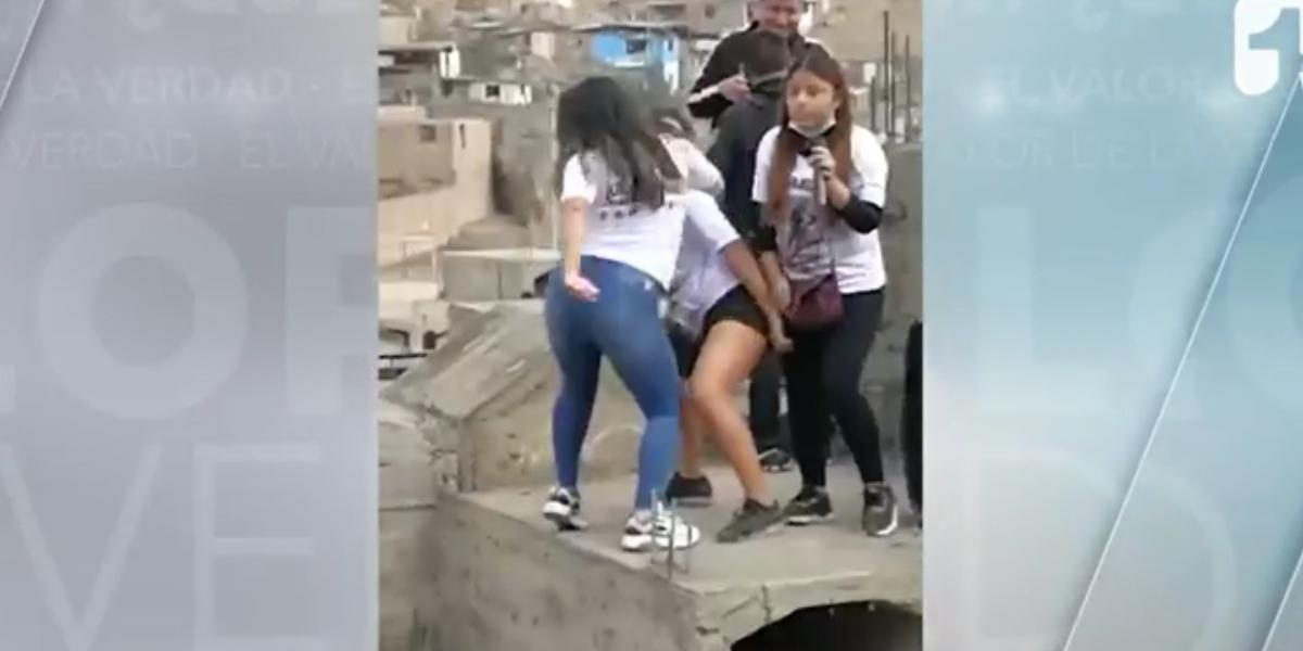 Un grupo de jóvenes baila sobre la tumba de su amiga fallecida