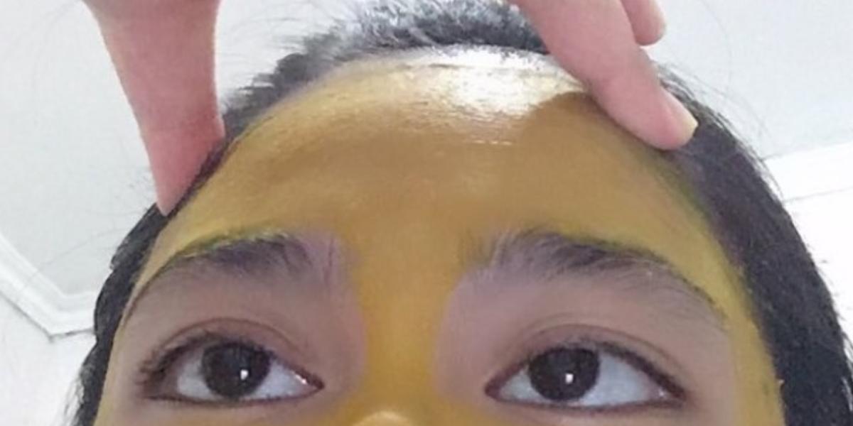 Mujer se hizo mascarilla de cúrcuma en la cara